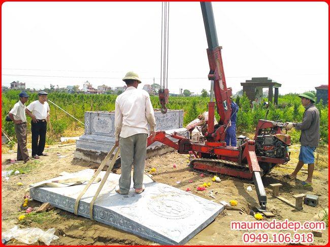 Lắp đặt phần nắp mộ đá