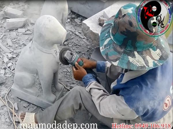 Video nghệ nhân điêu khắc chó đá canh cổng